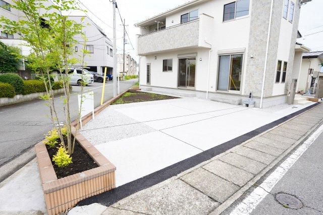 【同仕様施工例】駐車場も整備されているので駐車もラクラクです、