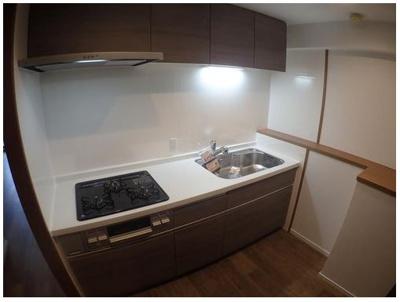 新調済の綺麗なシステムキッチン♪ ■キッチンの上部にも収納がございます♪