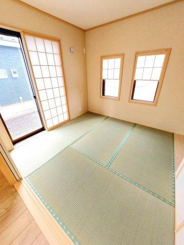【同仕様施工例】シャワー付洗面化粧台。三面鏡の収納で歯ブラシや化粧品などすっきり片付けられます。
