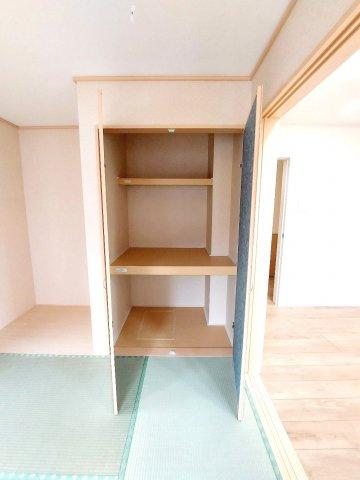 【同仕様施工例】脱衣所には嬉しい収納スペース付。タオルや買い置きした日用品などすっきり収納できます。