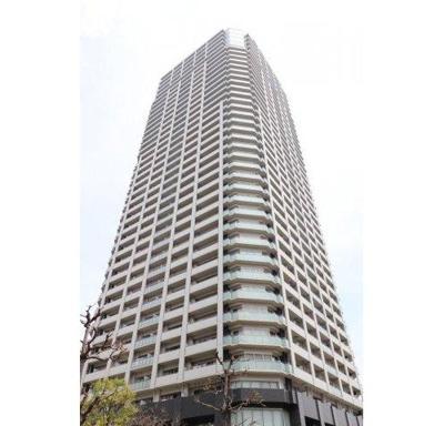 外観デザインは品格ある色調でまとめた基壇部によって安定感、高級感を創出。空に伸びていく高さ約133m、38階建の超高層タワーレジデンスです。