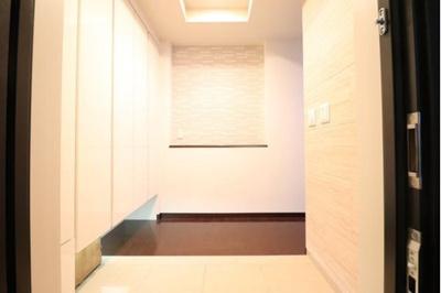 玄関スペースもゆとりのある空間設計になっております。 重厚感・高級感がある玄関は、ゲストの方々をお迎えするにふさわしい玄関です。