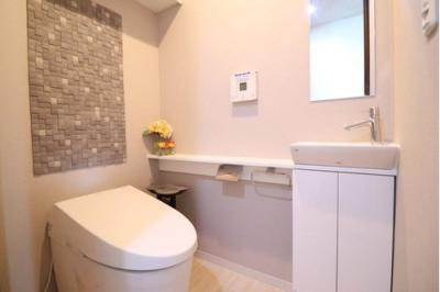 お手洗いもゆとりのある空間設計になっております。お手洗いカウンター付(最上階住戸のみ)