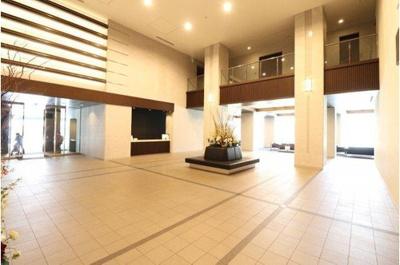 風除室を抜けるとそこは、迎賓の場としての優雅さが香る開放感ある二層吹抜のエントランスホールは、一流ホテルの佇まいです。