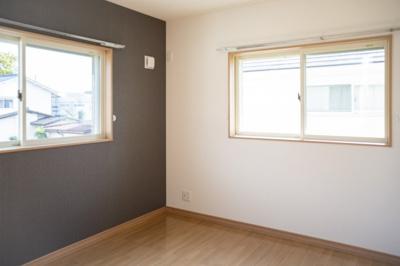 2階南側約6帖の洋室です♪ バルコニーもございますのでお部屋はとても明るいですよ♪