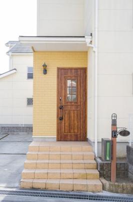 玄関の写真です♪ 玄関左手にはシューズボックスもございますよ♪