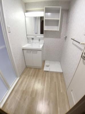 洗面所の写真です♪ 洗面所もとてもきれいですよ♪ 洗面所右手にトイレがございます♪
