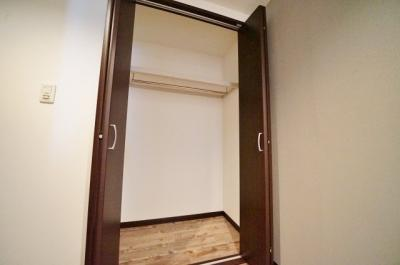 玄関を入ってすぐに収納がございます