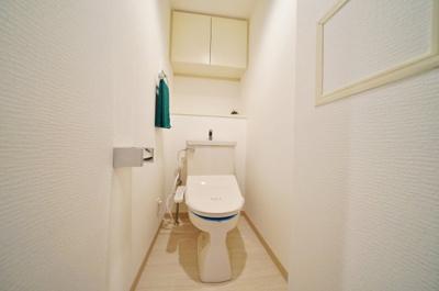 上部収納付きがうれしい温水洗浄機能付きトイレ