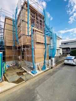 【前面道路含む現地写真】新築 菱沼3丁目 吹抜けの開放的な約20.5帖LDK