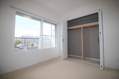 南向きに大きな窓がある洋室(約4.9帖)。