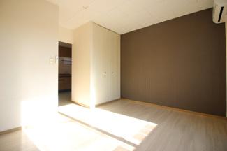 落ち着いた色調の洋室です(同タイプの写真)