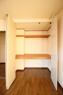 たっぷりとした収納スペースです(同タイプ1F)