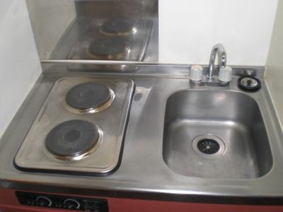 お掃除のしやすい2口電気コンロを採用しております。
