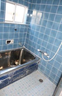 浴室です♪窓も有り、換気も十分できますね(^^)※リフォームが必要です
