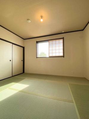 約6.0帖の和室です。一間半分の押入れがあるため、季節物の洋服やお布団がたっぷり収納できますよ◎