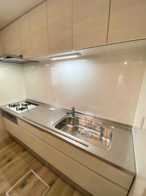 3つ口ガスコンロ採用の収納豊富なシステムキッチンです♪壁付タイプなのでお料理に集中しやすいですね!