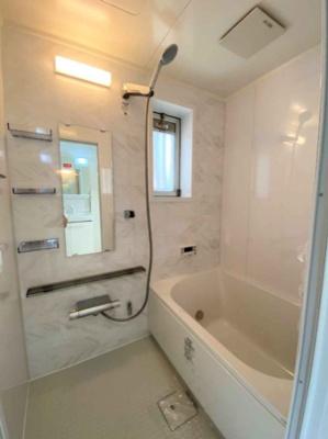 ホワイトを基調とした爽やかで清潔感のあるバスルーム!1日の疲れをしっかり癒してくれる空間です♪