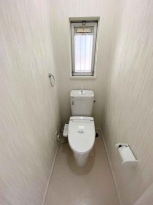 温水洗浄便座を設置したお手洗いです。外気を取り込める窓を設けているため、こまめに換気を行えます♪