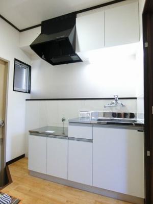 換気のできる窓のあるキッチンはガスコンロ設置可能☆ご自身でお好きなタイプのガスコンロをご用意いただけます!場所を取るお鍋やお皿もすっきり収納できます♪