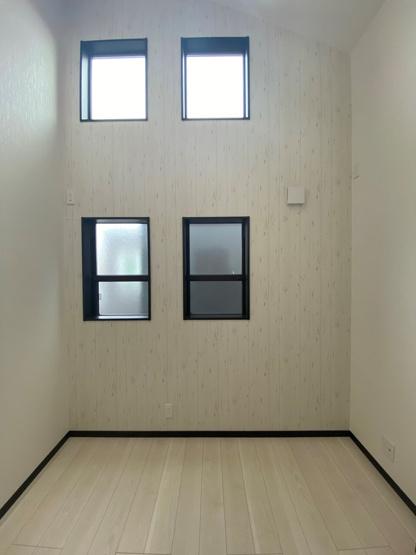 こだわりある設計の注文住宅◎オシャレな窓仕様でたくさんの陽射しが差込む明るい室内。プライベートも確保された間取りでゆったりくつろぎ、充実したおうち時間が送れますね。