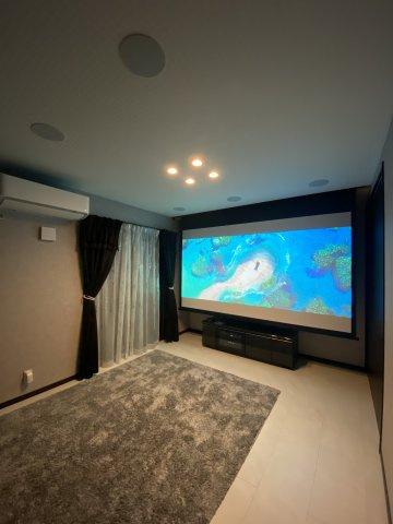 映画好きには嬉しいホームシアター埋め込みスピーカー付き。プロジェクター、電動スクリーン、HDMI端子ケーブル、アンプ、ブルーレイ、TVボードは別途購入可。(写真スクリーン別売です)