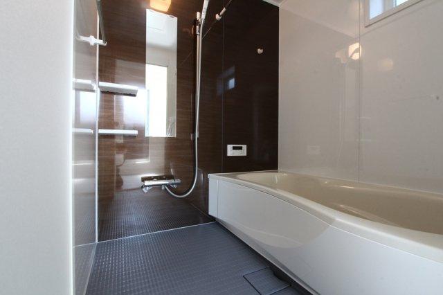 大人が足をまっすぐ伸ばしてくつろげるバスユニットに1坪以上の広々とした浴室◎ 一日の疲れをたっぷりと癒してくれそうですね。 浴室乾燥機に24時間換気システムなど設備充実のD号棟新居にいかがでしょうか。