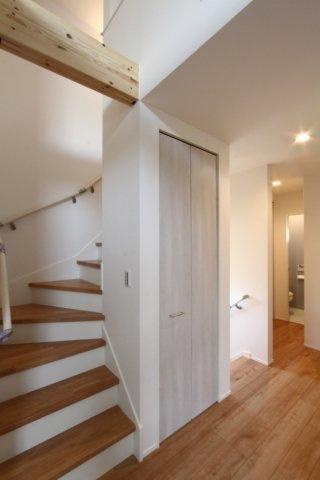 小さなお子様やお年寄りのご家族にも安心の手すりが階段に設置済◎将来的にも安心ですね。 梁を見せるデザイン性に富んだお住まいは、住まう人に寄り添い優しさに溢れています。
