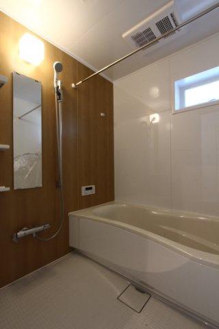 大きなシャワーヘッドに足をまっすぐ伸ばしてくつろげる広々としたバスタブ◎ 浴室乾燥機や追炊き機能付きで快適な新生活をお迎え頂けます。