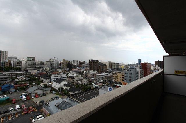 10階部分のお部屋で目の前には眺望を遮る大きな建物がなく開放的です。風通しも心地良いバルコニーでホッと一息つくのも良いですね◎お洗濯物は屋根付きのなので、急な雨やお天気が不安定な日も安心ですよ。