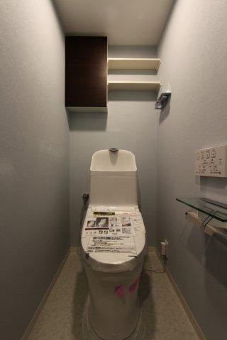 2021年4月に新規交換のトイレ。白を基調とした清潔感のある快適なトイレスペースです。毎日使う大切な空間です。ぜひ現地にて細部までチェックして下さいね。