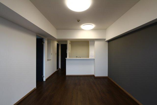 バルコニーからつながるリビングは約11.8帖の広さです。シンプルな色合いのお部屋なのでどんなインテリアも合わせられて楽しめそうですね。