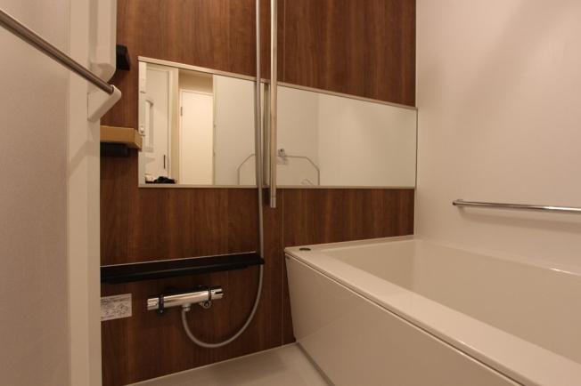 大きな鏡を配置し、奥行き感のあるバスルームです。追い焚き機能付きでリラックスタイムをたっぷり味わえます。こもりがちな湿気もカラッとする浴室暖房乾燥機新規取付けました。