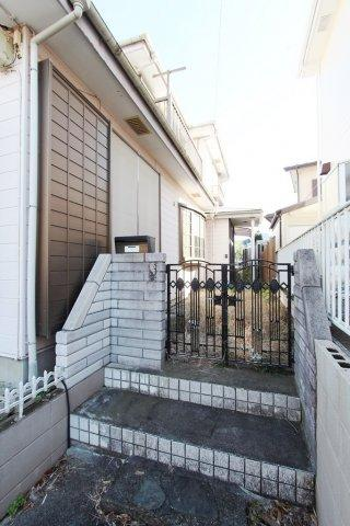 玄関前に扉がある事で防犯対策にもなります。安心して暮らせるお家です。