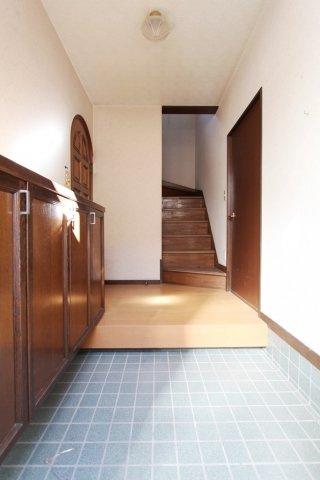広々とした玄関スペース。汚れてもお掃除しやすい玄関タイル、いつでも綺麗な状態が保てます。いつでも内見可能です。お気軽にご連絡ください。
