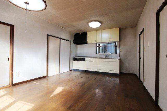広々としたリビング、壁など遮るものがないので、開放感があります。キッチンスペースには窓があるので換気もしやすいですよ。