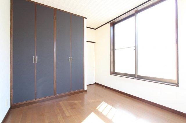 大型クローゼットが各部屋設備されております。季節家電や洋服の収納も困りません。