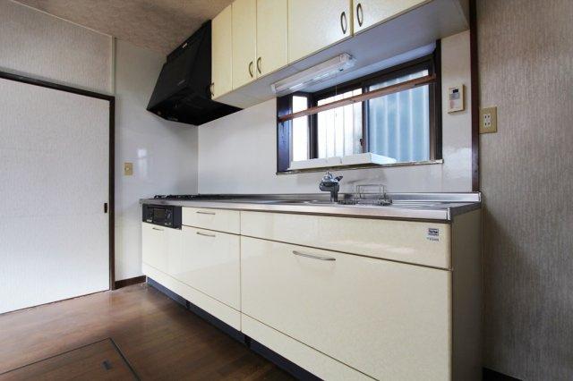 収納スペースが充実したキッチンスペース。お皿以外にも調味料などのストックにも便利です。窓がついているので換気も十分にできます。