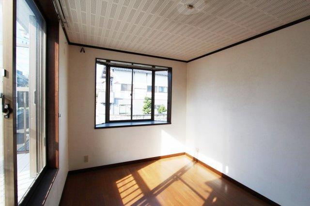 2階洋室、陽当たりが良く大型クローゼットが設備。バルコニーに面している為、洗濯やお布団を干す際楽々