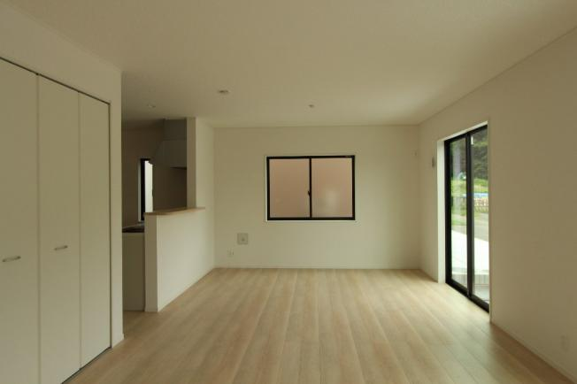 リビングに収納スペースがあると細々とした物を収納できるので、いつでもスッキリとした空間が広がります。