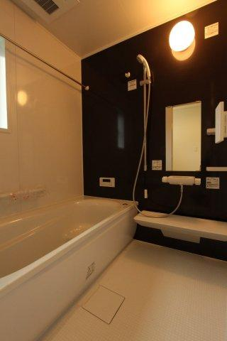 湿気のこもらない窓付きバスルームは嬉しい浴室換気暖房乾燥機付き。バスタブは段差があるので小さなお子様を座らせたりと便利。また節水に役立ちます。