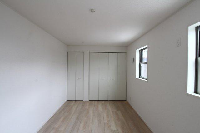 2階洋室はすべて南向きなので、家族全員のプライベートタイムを明るく演出します。各部屋にはクローゼットが設備されておりとても使い勝手が良いです。
