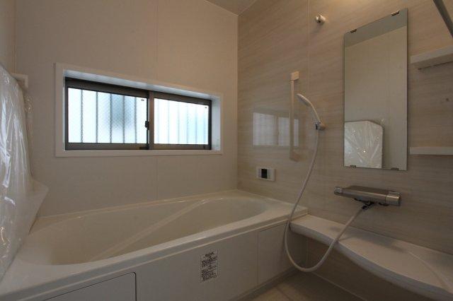 シンプルで清潔感のある水回り空間。  浴室乾燥付きですので、梅雨の時期でもお洗濯物に困りません。