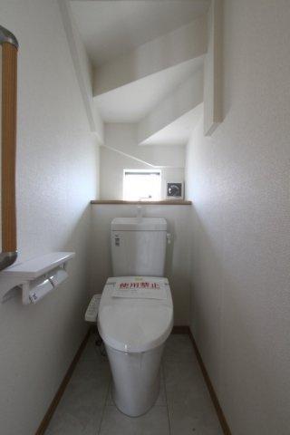 小窓からの採光によって、清潔感のある空間になっております。 階段下のデッドスペースをうまく活用した間取りが嬉しいですね。