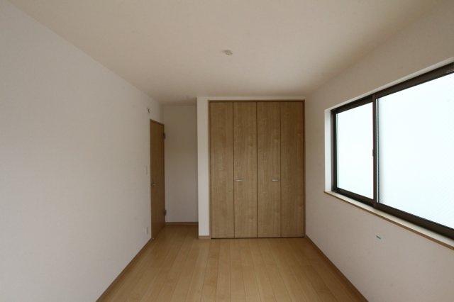 2階には3部屋の洋室がございます。 全室南向きですので、日当たりが良く快適な空間となっております。