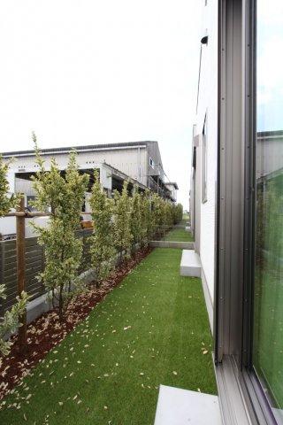 南側に設けられたスペースは、植栽が並び明るい空間を演出してくれます。  家庭菜園などにもおすすめのです。