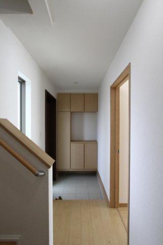 大容量のシューズクロークは、大家族でも安心の収納力です。広々した玄関は、ゆとりあるお住まいがうかがえますね。