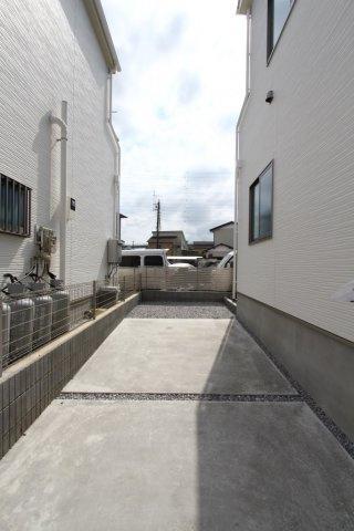 駐車スぺース1台完備。 その他、ゆとりがございますので、自転車やバイク置き場としても充分な空間がございます。