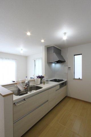 収納豊富なシステムキッチンは、キッチン周りをスッキリと見せてくれますね。 リビング空間を邪魔しない白を基調とした色合いも嬉しいですね。