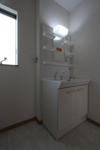 小窓からの採光によって、明るく清潔感のある脱衣スペースとなっております。